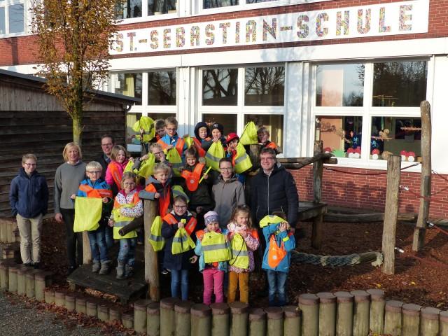 Bürgermeister Andreas Grotendorst und innogy-Kommunalmanagerin Monika Schürmann überreichten die Sicherheitspakete heute an die Klasse 1 b der St. Sebastian-Schule