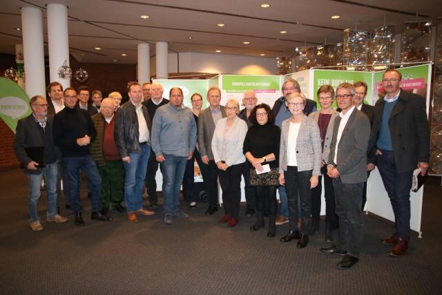EGW-Geschäftsführer Peter Kleyboldt (hintere Reihe 2. v. r.) führte die Mitglieder des Kreisumweltausschusses durch die Ausstellung; vorne rechts Kreisbaudezernent Hubert Grothues und links neben ihm die Ausschussvorsitzende Magdalene Garvert