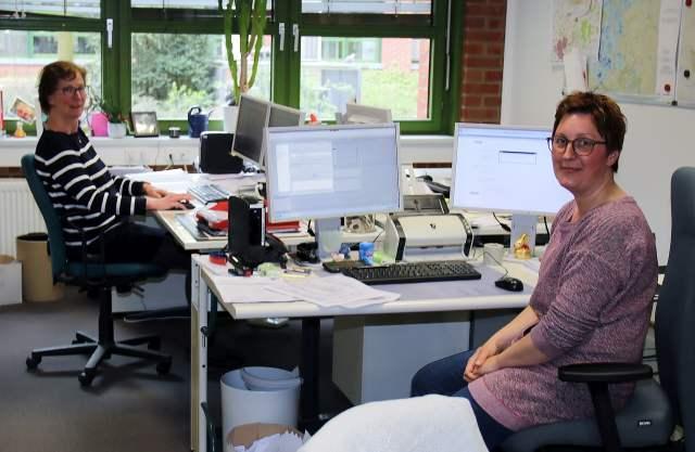 Bei Doris Hertog (links) und Rebbeka Büssink laufen die Test-Ergebnisse ein