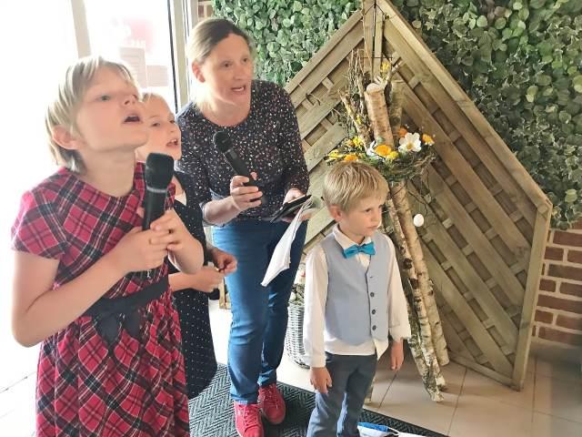 Corona- Kinder singen vor Pflegeheim