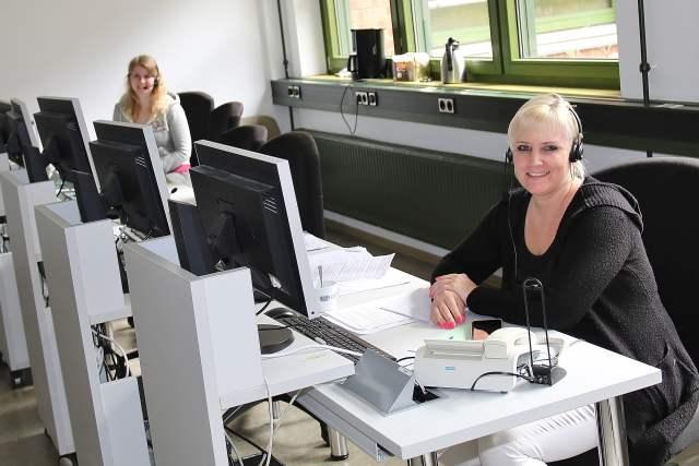 In der Telefon-Hotline Tina Krasenbrink (links) und Andrea Jäckel