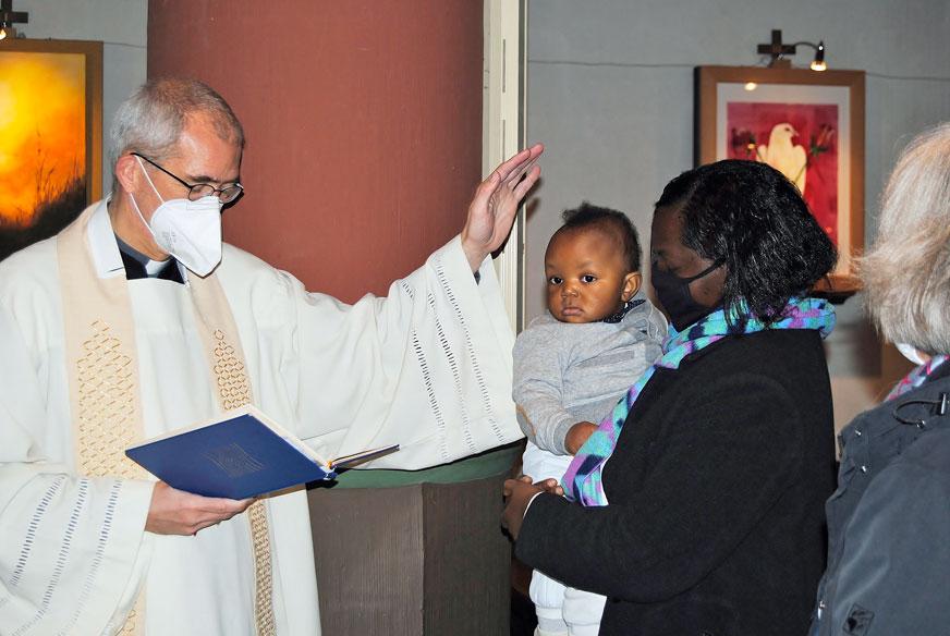 Taufe-Flüchtlingskind-Pastor-Michael-Kenkel
