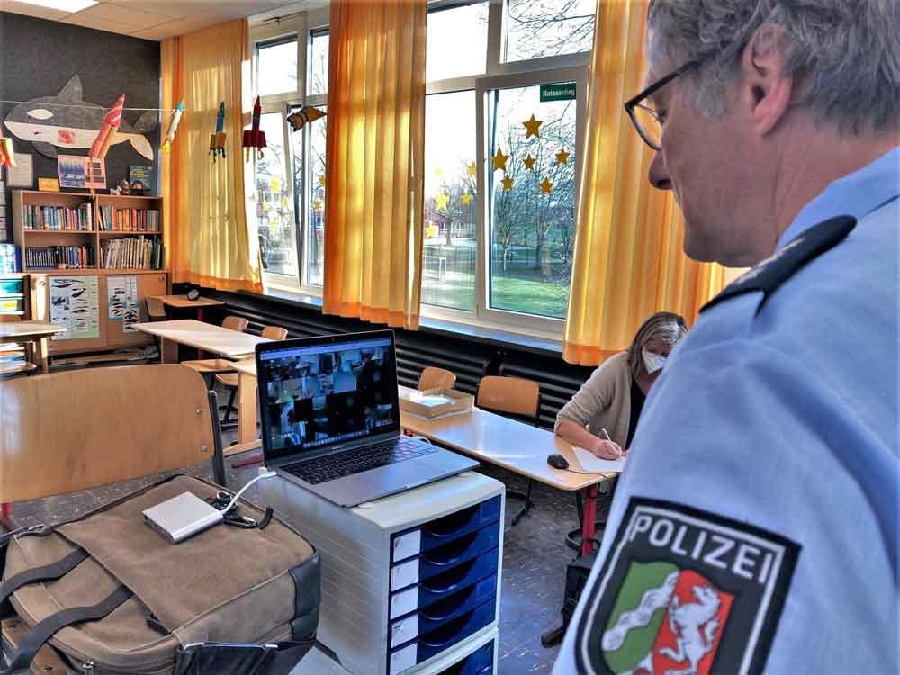 Polizei Videokonferenz mit Eltern