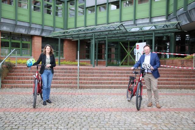 """Landrat Dr. Kai Zwicker und Dr. Gerswid Altenhoff-Weber (Leiterin des Fachbereichs """"Verkehr"""" des Kreises Borken) rufen zur Teilnahme am STADTRADELN 2021 auf."""