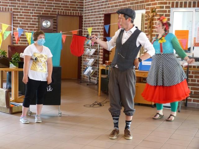 Einen zauberhaften Nachmittag verlebten die Frauen und Männer im Seniorenhaus St. Martin mit  Endrik Thier und Clown Mimi. Merle (links), die ihre Großmutter besuchte, assistierte ihnen dabei spontan. Foto: Bürgerstiftung Westmünsterland
