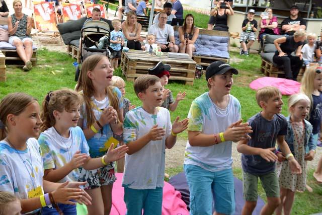 Junge Fans jubeln Nils Mechlinski in Raesfeld zu