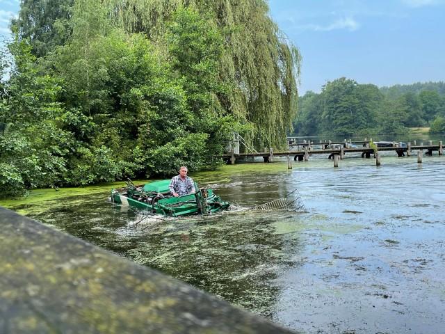 Mit einem Mähboot führt das Unternehmen Waters aus Isselburg derzeit Gewässerpflegearbeiten im Landschafts- und Badesee Pröbsting durch.