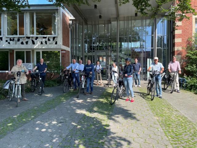 Bei Sonnenschein machten sich Vertreterinnen und Vertreter der Stadt Borken und Marbecks Ortsvorsteher gemeinsam mit Pressevertretern auf den Weg in den Stadtteil Marbeck. Startpunkt war das Borkener Rathaus.