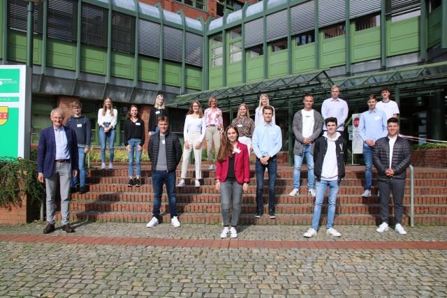Kreisdirektor Dr. Ansgar Hörster (vorne links) und Ausbildungsleiterin Gisela Röder (oben in der Mitte) begrüßten die 16 neuen Auszubildenen der Kreisverwaltung Borken im Kreishaus.