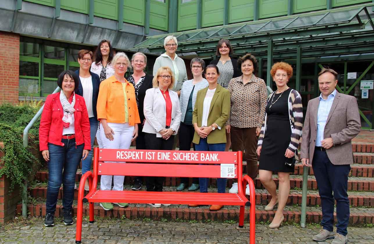 Respekt-Rote-Bank-gegen-Gewalt-gegen-Frauen