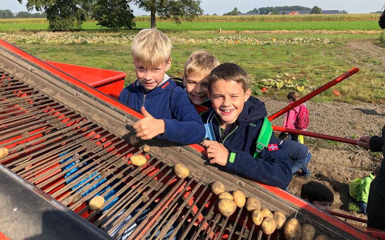 Sebastianschule-besuchen-Kartoffelfeld